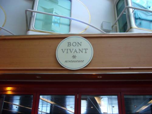 『ボン・ヴィヴァン』はワインを楽しむための<br />ワイン・バーとア・ラ・カルトレストラン。<br />季節のお料理とそれに合わせたワインを<br />楽しむことができるのが特徴。<br />コモドアクラスのお客様の朝食は<br />このレストランで提供されます。