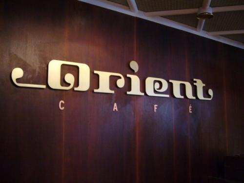 デッキ6にある『カフェ・オリエント』でも、<br />インターネットはつかえます。<br />カフェオリエントは本当にカフェ。<br />お食事の後のコーヒータイムなんかにどうぞ。<br /><br />その他にも、船内にはバー、カジノ、<br />そして気軽なレストランや『ムンド』、<br />予約が必要なア・ラ・カルトレストラン、<br />『ビストロ・マキシム』などがあります。<br /><br />
