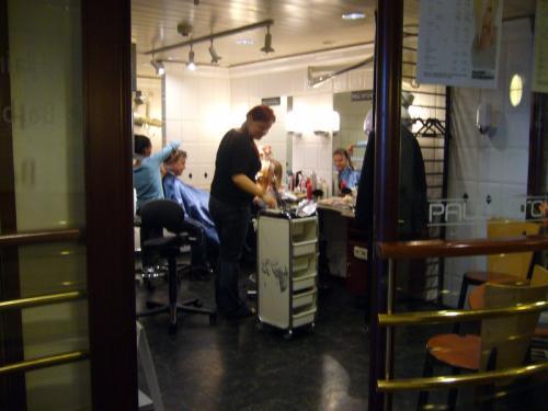 船内にある美容室。なぜか混んでます。<br />旅先で記念に髪を切ってみるのはどうですか?<br />