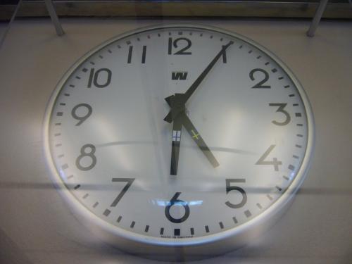 船内の時計は常に、フィンランド時間と、<br />スウェーデン時間が表示されています。<br />ヘルシンキから乗船した場合、<br />その日の最後の船内施設の営業終了までが、<br />フィンランド時間となり、<br />翌朝の船内施設の営業開始からが<br />スウェーデン時間となります。<br /><br />