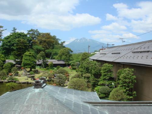 中庭をへだてて遠く津軽富士と言われる岩木山が見える。少し雪が残っていた。