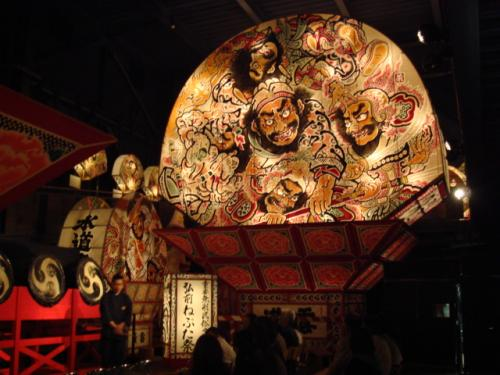 二日目五能線で弘前へ。<br />駅から弘前城のそばにある津軽藩ねぷた村へ。<br />弘前ねぷたは扇型が特徴。<br />青森や五所川原はねぶた(濁音)だが弘前ではねぷた(半濁音)なのだ。掛け声もそれぞれ違っていて青森はハネトが跳ねながら『らっせーら・らっせーら』というが弘前では『やーやどう』と言って跳ねずに練り歩く。<br />この祭りの起源は諸説あるようだが、農作業の時の眠気を覚ますところから来ているという説が面白い。