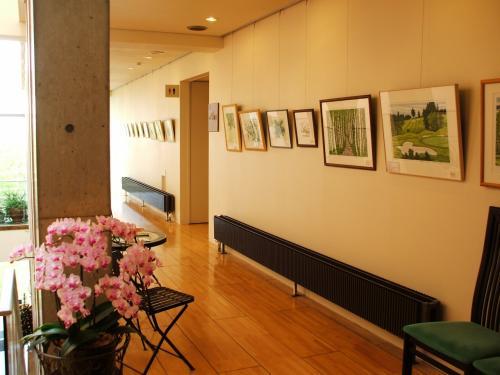 ロビーの奥、屋外のガーデンに通じる廊下に絵が飾ってあり、美術館の一角のような雰囲気がする。