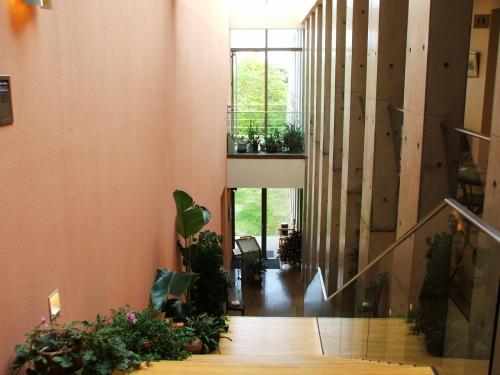 ロビー階からレストラン『ル・プラトー』へ下る階段。ピカピカに光ったウッドの床が高級感を感じさせる。