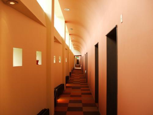 私の部屋は4階のツインルーム。廊下もどことなく気品がある。このホテルは客室数が少ないせいか、いつ来ても静かである。
