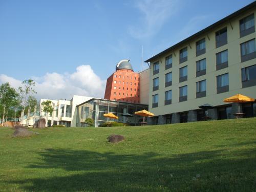 ホテル裏庭にある緑の芝生が素晴らしい。夏の高原リゾートのイメージぴったりの風景である。このホテルに数日間滞在して、夏の想い出を作ってみては?