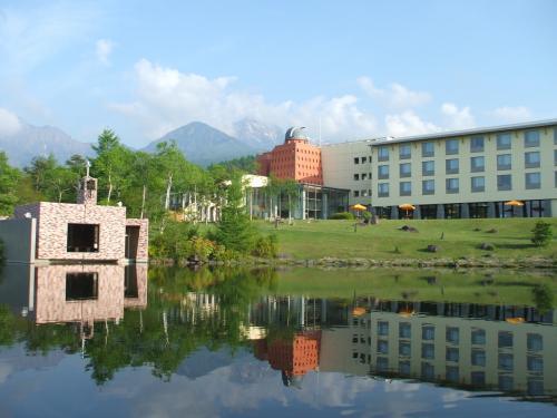 湖面に映るチャペルと清里高原ホテル。背後には遠く八ヶ岳の主峰『赤岳』が見える。私の好きなカメラスポットである。