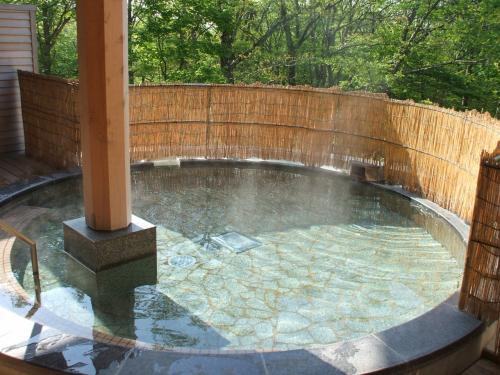 森に囲まれた露天風呂は実に気持ちがいい。男女、朝晩入れ替え制になっているので、趣の違った風呂が楽しめる。