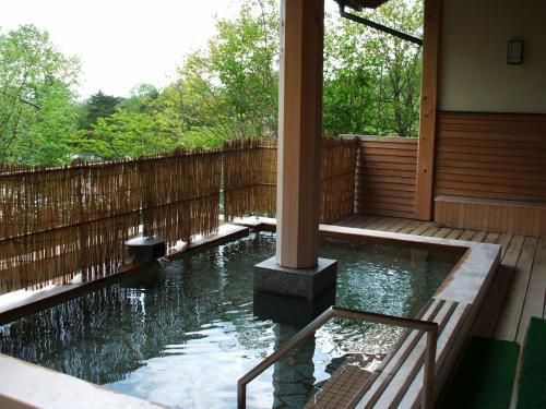 総檜造りの露天風呂は一番リラックスできる。私は木の長椅子の上に寝転がって火照った体をさます。冷えてきたらまた露天風呂に入る。