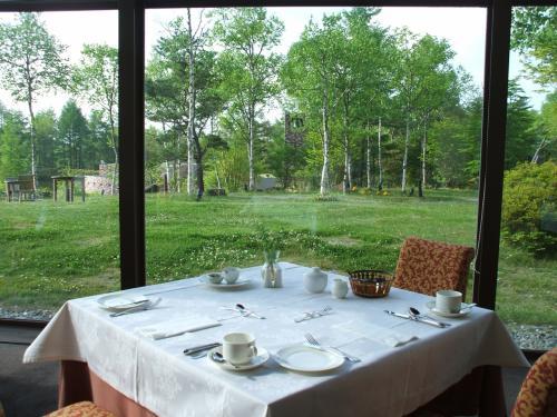 最近のホテルの朝食はビュッフェ形式が多いが、このホテルはウエイター、ウエイトレスが1品づつ朝食メニューを出してくれる。窓側の席に座ってゆっくり朝食を味わえる。