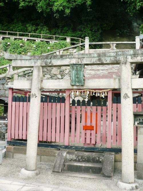 井戸の隣にある男山・石清水八幡宮の境内社。1868年の神仏分離までは「男山48坊」と呼ばれる数多くの宿坊が参道に軒を連ねていた。<br />