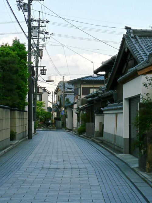 石清水八幡宮への参道はきれいに舗装されている。<br />