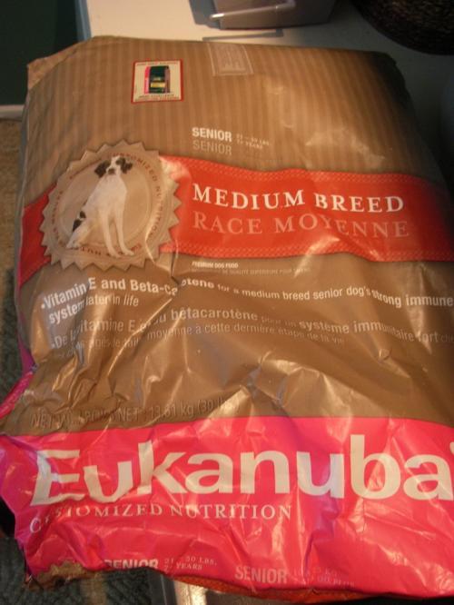 《 フード 》<br /><br />丈夫になって経済的にもなりました。ペットショップで売っているセメント袋のようなフードで大丈夫。太りやすいのでおやつは与えず月に1ー2度のガム以外はこれだけです。<br /><br />==*==*==*==*==*==*==*==*==*==*==*==<br />Eukanuba Senior Race Moyenne 30lbs.(13.61kg)<br />  ****** $31.76<br />==*==*==*==*==*==*==*==*==*==*==*==