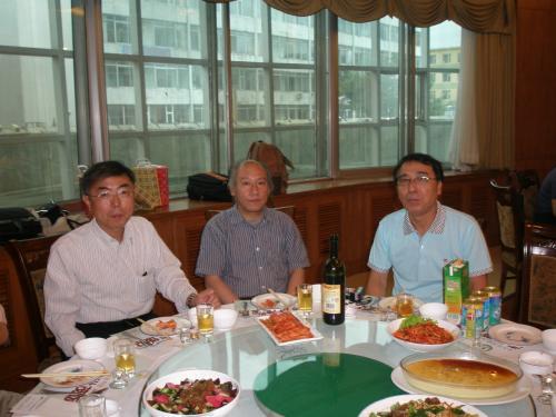 N新会長(左)への引継ぎもありました。<br /><br />中央はI副会長、その隣はI総経理。このテーブルには企業関係の方が座られました。