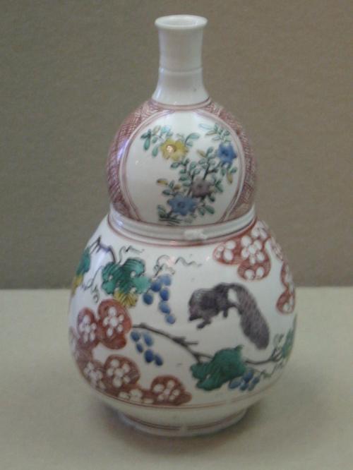 色絵葡萄栗鼠文瓢形瓶【五彩手】〔ごさいで〕・・肥前・・有田窯・・1650年代<br /><br />五彩手は、青・赤・黄・緑・紫の 5色の絵具で絵付けしたもので、南京赤絵に由来し<br />5彩の名前で呼ばれています<br />輪郭線を色絵クロで描いた、この瓢形瓶は六彩使っています