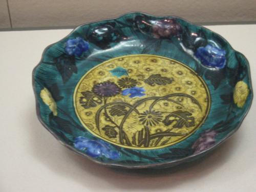 色絵菊文輪花大皿【青手】・・肥前・・有田窯・・1650年代<br />【青手】は赤を使わず、黒線で文様を描いて黄・緑・青・紫など色絵具で器全体を覆ってしまったものです、ごく短期間しか作られなかった、特異な存在だそうです<br />