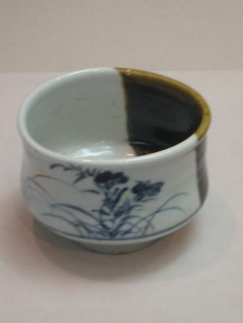 染付鉄釉秋草文茶碗・・1630−1640・・肥前・・有田窯<br />
