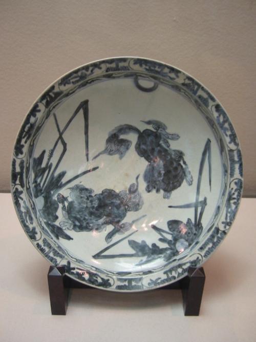 染付唐獅子文大皿・・1630−1640・・肥前・・有田窯<br /><br />初期伊万里には口径 40cm 以上の大皿があります<br />口径に対して高台径が小さく、深いために大鉢や鉢と呼ばれました<br />