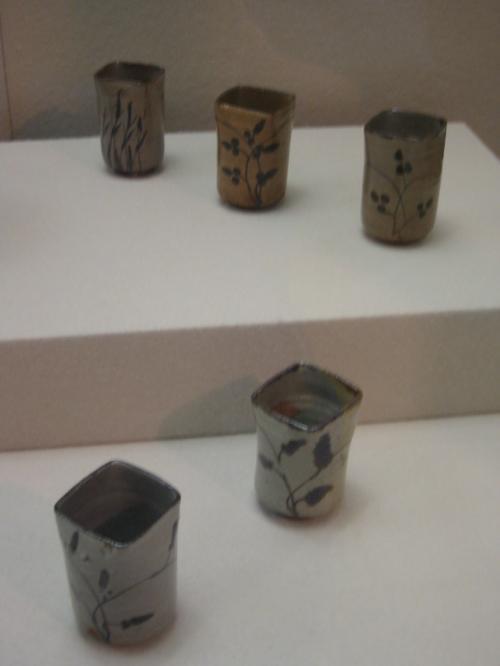 鉄絵草文向付・・1590−1610・・肥前・・高麗谷窯<br /><br />肥前の陶器〔唐津焼〕で鉄を主成分とした絵具で文様を描き<br />釉を掛けて焼いたものが絵唐津です<br />素朴で力強い筆運びで絵付けします<br />酸化炎焼成で暖かな茶色に、還元炎焼成で灰色がかった堅い感じの<br />素地に焼きあがっています