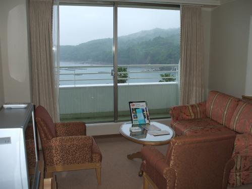 従来の和室を洋室のリビングエリアに改装。夫婦2人で宿泊するには誠に快適。