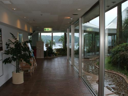 本館地下1階の通路。突きあたりを左に行くとPAC(プール&アスレチッククラブ)、右に曲がればレストランに至る。