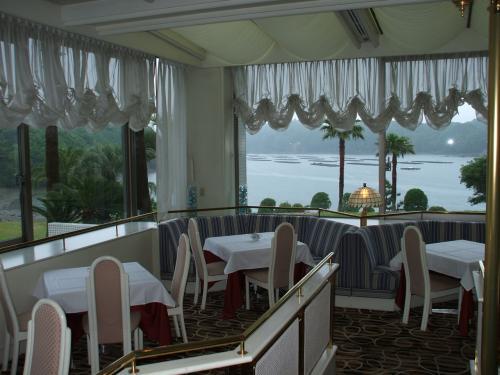 エクシブ鳥羽本館・アネックス全体のレストランの中で一番格式を重んじるフレンチレストランの「ラペール」。お客も少しだけドレスアップしてきているようである。<br /><br />私の公式ページ『第二の人生を豊かに―ライター舟橋栄二のホームページ―』に他の旅行記あり。<br />http://www.e-funahashi.jp/<br /> <br />