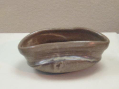 鉄絵沓茶碗〔絵唐津〕・・肥前・・伝甕屋の谷窯・・1590−1610<br /><br />くつぢゃわん<br />口部を楕円形にひずませた形の茶碗です、<br />宮中や神社で使われる木沓の形からこのように呼ばれました<br />織部焼が有名です、江戸初期には唐津焼や高取焼でも造りました<br /><br />