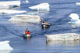 流氷の間をぬって観光ボートが進む・・