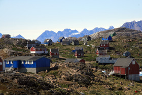 カラフルな小さなお家が並んでいる。家の色によってパブリックな建物か民家か決められている