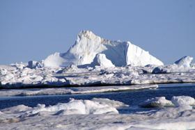入り江の沖に出るとこんな大きな氷山が見られる・・近づけないが高さは100mもあろうか・・大きくて圧倒される。90%は海水に沈んでいる