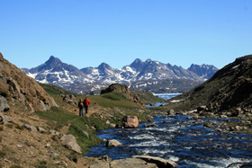 クルスクからヘリコプターで約10分飛べば東部グリーンランドの寂れた村アンマサリクに着く。人口1800人のグリーンランド東部で最大の町。住民はイヌイット。120年前までは他の文明社会と接触を絶って独特な文化をもって生活していた。
