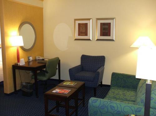このホテルの特徴はリビングルームがあることである。大きめのソファーと大きな机。くつろぎのスペースは十分ある。