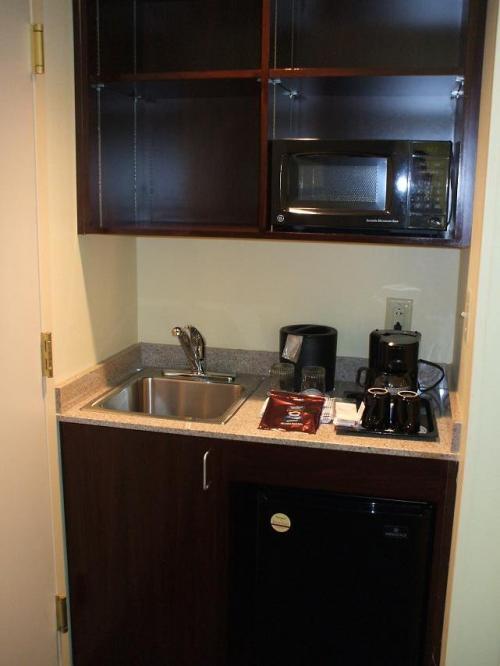 さらに、小さな流し台と電子レンジ、コーヒーメーカーもある。毎日2種類のコーヒー(レギュラー、ディカフェイン)のパックが補充され、部屋で煎れたてのコーヒーが飲める。長期滞在にも対応できる。