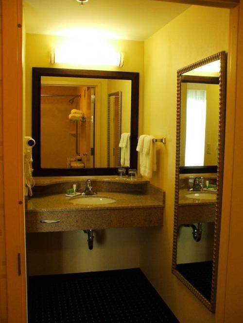 ピカピカに磨かれた洗面台と鏡。