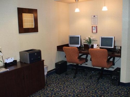ビジネスセンター内のパソコンを使って無料でインターネットができる。