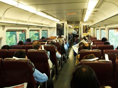 ニューヨークの中心部にあるペンシルバニア駅からニュージャージー・トランジットの電車(写真)に乗り、30分くらいニューヨーク郊外の車窓を楽しむ。