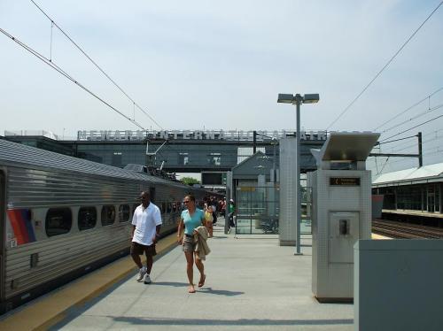 ニューアーク・リバティ・国際空港駅(写真)下車。ここから非常に快適なエア・トレインに乗り換え10分くらいで空港入り口のP4駅下車。