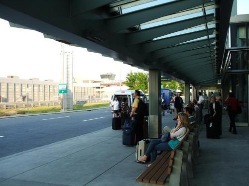 ホテルシャトルのバス停で待つ。各ホテルの無料バスがひっきりなしにやってくる。ほとんどのホテルシャトルは24時間巡回運行なので、いつでも安心してここで待てばいい。
