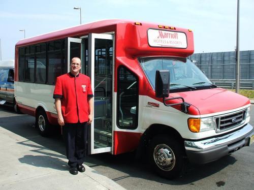 真っ赤なボディのマリオットホテル専用バス。ニューアーク空港には円弧を描くように3つのターミナルが配置されているが、このマリオットホテルは円弧の中心にある。