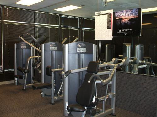 小さめな部屋の中のトレーニングマシン。