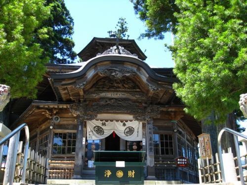 「御廟 貞能(さだよし)堂」です。昭和2年建立。ここでお賽銭をあげて参拝します。いつもはもっと多くの人で賑わうのですが、ウィークデイのせいか少なめです。