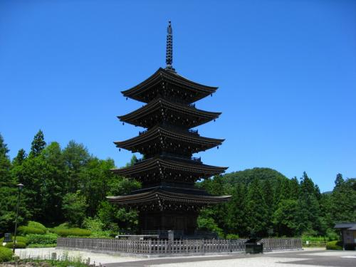 これが、「五重塔」です。昭和61年建立。お天気に恵まれたおかげで大空にそびえる姿に感動です。<br />