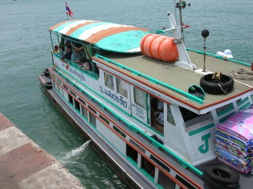 AM11:50. 「着いたぞー!」 バンコクから5時間、シーラチャーの港からは50分、ついにシーチャン島に上陸!