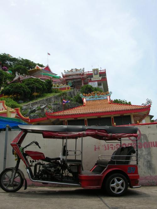 港から町をぬけ北へ3分ほど走ったトコで最初の目的地「 チャーポー・カオヤイワット 」 という中国寺院に着いた。<br />コンもエンジンを切ってトゥクトゥクから降りたがいっしょに来る気配がなかったんで、あくまでも 「運転手」 なんだと理解する。
