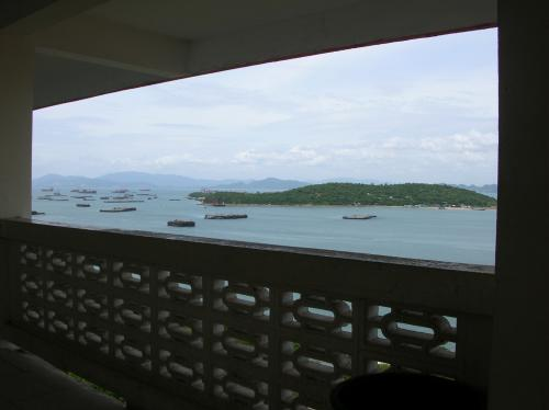 シーチャン島の東1キロほどの沖合いに周囲3〜4キロの島がある。<br />まァ特別何もなさそーな島だけど...