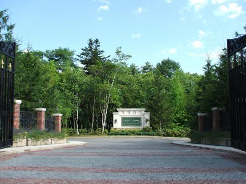 しかし、正門を一歩くぐると(写真)がらりと雰囲気が変わり高級リゾートらしくなる。