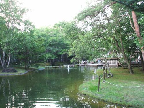 中庭にある池と噴水(写真)。真夏日でもここは涼しい。池を見下ろすテラスに座って読書はいかが?