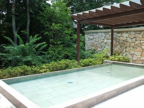 森に囲まれたエクシブ軽井沢の露天風呂(写真)は最高!何度でも入る。