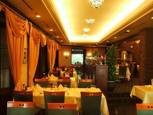 アンシャンテ(写真)でゆっくりディナーを楽しむ。フェスタコース(3675円、税込、サ別)は一番お値打ちなコース料理である。