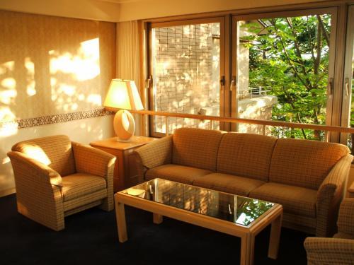 客室棟廊下のコーナーにあるソファー(写真)。この前に自販機がある。